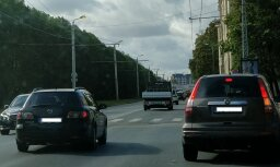 Aculiecinieka foto: Ganību dambī Rīgā dienas laikā deg apgaismojums
