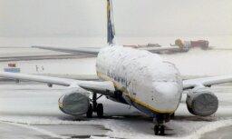 """В Европе метели и снегопады: аэропорт """"Рига"""" предупреждает о задержке рейсов"""