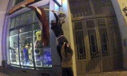 Рига: интурист наказан за неуважительное отношение к флагу Латвии
