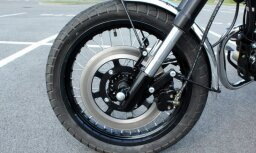 Avārijā Rīgā cieš motocikla vadītājs; policija meklē aculieciniekus