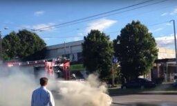 Video: Mūkusalas ielā Rīgā baltiem dūmiem deg automašīna