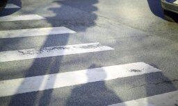 'Scania' Rīgā nāvējoši notriec gājēju; policija meklē aculieciniekus