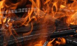 Ugunsgrēkā Ogres novadā sadeg šķūnis un divi auto