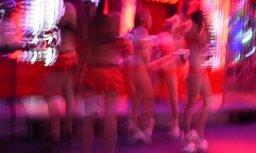 Vīrieti un divas sievietes aiztur par sutenerismu kādā Pierīgas naktsklubā