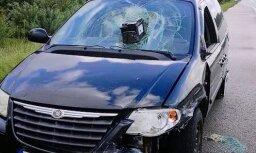 Foto: Siguldas šosejas malā mētājas 'Chrysler' ar akumulatoru logā