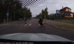 Video: Velosipēdiste Rīgā rada bīstamu situāciju uz ceļa