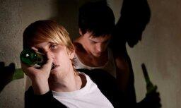 Вецрига: пьяные подростки с 5-го этажа кидали бутылки в прохожих и машины