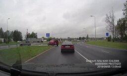 Video: Autovadītājs pie 'Spice' strauji veic pagriezienu un driftē pa šoseju