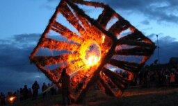 Foto: Rēķu kalnā dedzina dažādu formu ugunsskulptūras
