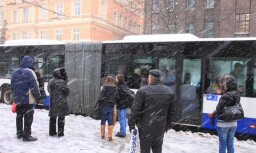 'Rīgas satiksme' atsaka palīdzību autobusā dzērāja apvemtam pasažierim