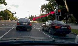 Video: Jelgavā 'Mercedes' vadītājam apnīk gaidīt pie luksofora sarkanās gaismas