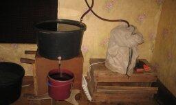 ФОТО: Под Резекне пресечено нелегальное производство алкоголя