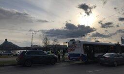 Foto: 11. novembra krastmalā BMW un RS autobuss nesadala ceļu