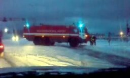 Lidostas 'Rīga' ugunsdzēsēji nobloķē šoseju