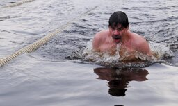 Kā DELFI Aculiecinieka autors izpeldējās ledainā ūdenī
