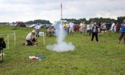 Desmitiem raķešu modeļi izvago Vaiņodes debesis (video)