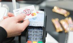 Swedbank: латвийцы все активнее пользуются бесконтактными платежными картами