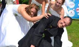 Līgavu skrējienā 'Zelta keda' piedalās arī vīrietis kāzu kleitā