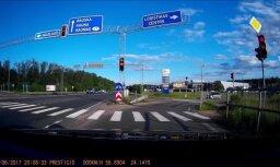 Video: Motocikla vadītājs piedzīvo smagu kritienu krustojumā uz A7 šosejas