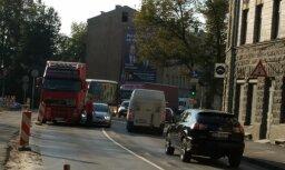 ФОТО: На улице Даугавгривас столкнулись фура и легковушка