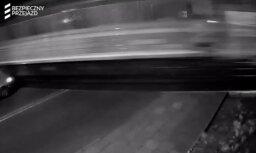 Video: Polijā automašīna gandrīz pabrauc zem vilciena
