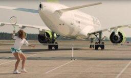 Video: Kā Ostapenko 'AirBaltic' reklāmā spēlēja tenisu ar lidmašīnu