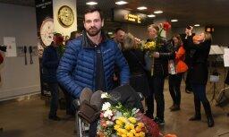 Foto: Martins Dukurs pēc Pasaules kausa izcīnīšanas atgriežas mājās