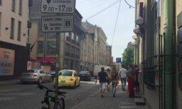 ВИДЕО: В центре Риги загорелась машина BMW
