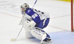 Gudļevskis rezultatīvi piespēlē un atvaira tikai deviņus metienus; Jevpalovam kautiņš AHL spēlē