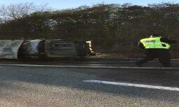 ВИДЕО: На Лиепайском шоссе сгорела машина скорой помощи