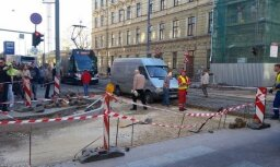 Foto: Autovadītāji spītīgi turpina braukt 'zem ķieģeļa' Krišjāņa Barona ielā