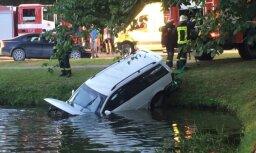 Video: Alūksnē saduras divi auto; viens no tiem ieslīd ūdenstilpē