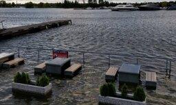 ФОТО: Из-за сильного ветра в Риге затопило улицы и кафе