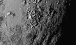 Saņemti pirmie Plūtona virsmas foto