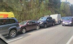 Video: Rīgā, Ziepniekkalna ielā pieci auto avarē 'vilcieniņā'