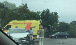 Foto: Pie Aizkraukles uz šosejas Rīga-Daugavpils saskrējušies divi auto