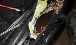 ФОТО: Водитель въехал в открытый колодец на улице Лубанас; сумма ущерба - более 1500 евро