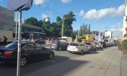 Foto: Brīvības ielā Rīgā trešdienas vakarā izveidojies pamatīgs sastrēgums