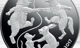 Latvijas Banka izlaiž pasakai 'Vecīša cimdiņš' veltītu kolekcijas monētu