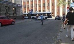 Foto: Auto un 'Rīgas satiksmes' autobusa sadursme Abrenes un Riepnieku ielas krustojumā
