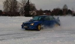 Video: Jaunmārupes ledus trasē rūc un driftē 'Subaru'