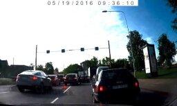 Video: Autoavārija Gustava Zemgala gatvē izraisa pamatīgu sastrēgumu