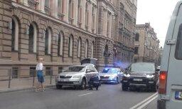 Foto: Izpalīdzīgs policists Rīgā dāmai palīdz nomainīt auto riepu