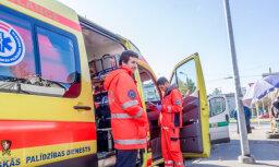 Krītot no augstuma, darba vietā traumas guvuši divi vīrieši
