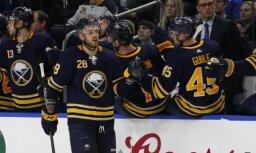 Girgensons traumas dēļ nepabeidz NHL maču, kurā 'Sabres' uzvar 'Blackhawks'