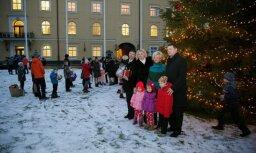 Foto: Vējonis kopā ar ģimenēm iededz Rīgas pils Ziemassvētku eglīti