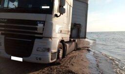 Video: Smagā automašīna Jūrmalas pludmalē brauc gar pašu jūras malu