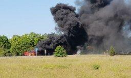 Foto: Igaunijā pēc avārijas aizdegas kravas auto; vadītājs gājis bojā