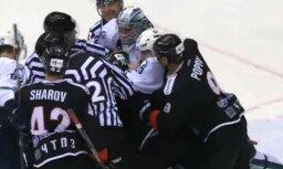 Video: Vārtsargs KHL mačā izvicina dūres ar uzbrucēju