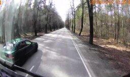 Video: Babītē vieglais auto saskrāpē fūrei sānu un aizmūk